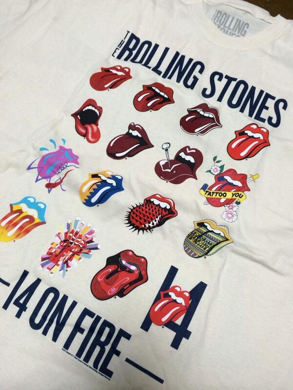 来日公演で、Tシャツ買おうと思ってる人、これは買った方がいいですよ。歴代のツアーでのベロマークのTシャツ。懐かしいー。 #ストーンズ来日 http://t.co/jP4msWJ7e9