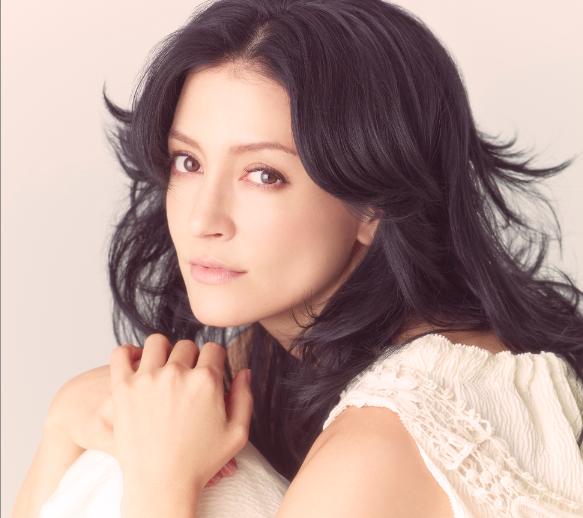 【アンジェラ・アキ、ついにメガネを外す!】3月5日(水)に発売が迫る、アンジェラ初のベストアルバム『TAPESTRY OF SONGS -THE BEST OF ANGELA AKI』に隠された秘密が、本日ついに解禁となりました!! http://t.co/Tn7ggAi78g