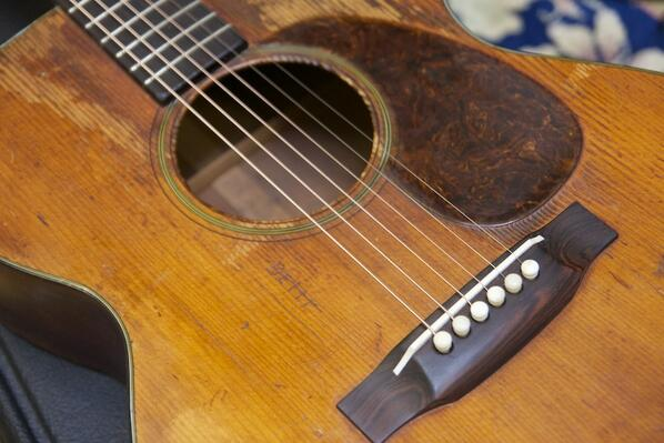 The well-worn 1947 @MartinGuitar 000-18 of @Tombrosseau. And he told us it's his only guitar... simply lovely. http://t.co/b2HSKfirF4