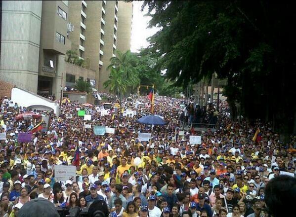 Ejemplo de lucha y constancia. Los estudiantes siguen en la calle dando la cara. Por un país libre. Arriba Venezuela http://t.co/W22nwzPnHW