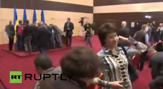 Журналисты побежали фоткать записи Яныка! Ждем. #Yanukovich http://t.co/PZE4drl7pi