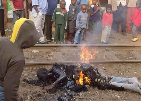 Esto es lo que está pasando en #Uganda quemando a los homosexuales por la ley anti gays y acá preocupándose por wueas http://t.co/39AljhcSod