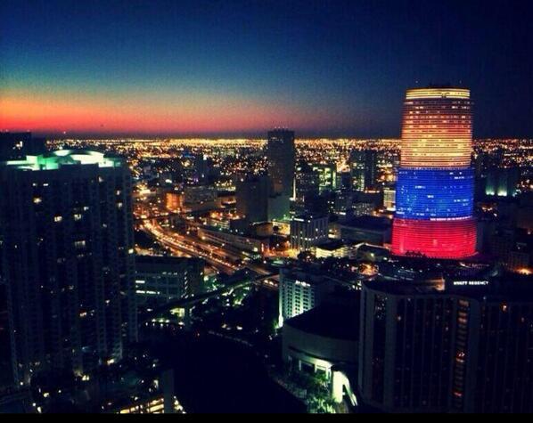 Torre Downtown Miami encendida con los coloresD Nuestra Bandera #VenezuelaEnPaz #VenezuelaLibre #VenezuelaNoEstaSola http://t.co/tvdCI0FqD5
