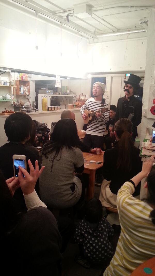 トゥルーリさんと、アナログフィッシュの下岡くんのユニット、シモオカモチェク!「パンの歌」熱唱 http://t.co/qc21SM8HEw