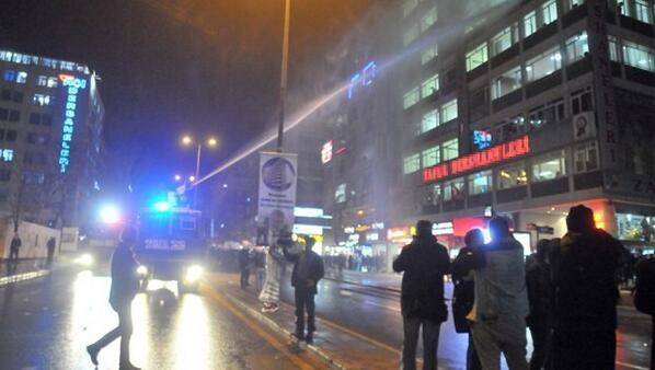 Polisten bir ilk! Yolsuzluk eylemini dershaneden izleyen öğrencilere TOMA suyu http://t.co/rVSACYerZF #Ankara http://t.co/CtxdAXNuZy