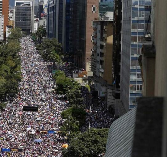 Si los medios callan que hable la calle y la calle habló. Así se ve #chacaito #almomento360 http://t.co/boq5PBNNdM