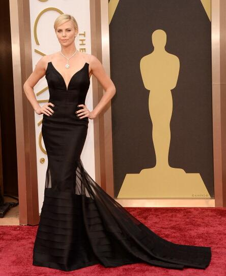Charlize Theron in back dress #oscars #redcarpet #Oscars2014 http://t.co/GcGBUxwc4I