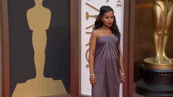 Mama-to-be @kerrywashington is absolutely stunning! We adore the half-up-half-down 'do. Do you? #WantThatHair http://t.co/EooFGHkpPZ