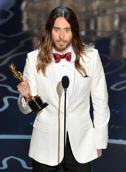 Джаред Лето и его #Оскар! Он посвящает награду своей матери, которая одна воспитала его и научила его мечтать http://t.co/quCNeplUzN