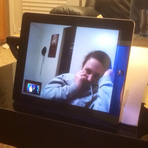 Catherine Azzarello (@azzcatdesign): No #oscars stream for @medrose9 so she's watching via face time from our TV. LOL http://t.co/bodPFkOfh3
