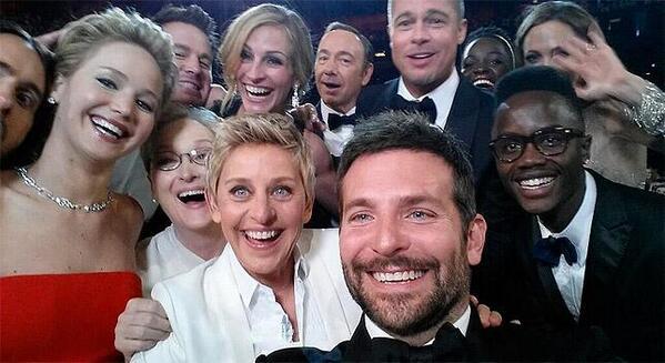 Este #selfie grupal en la gala de los #Oscar es ya el tuit más popular de la historia http://t.co/5IFNPawvKt