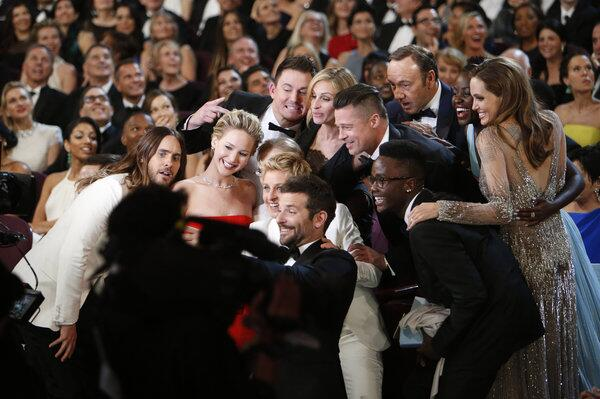 Why Twitter went down: #EllenDeGeneres' and #BradleyCooper's #selfie with friends http://t.co/HS319z9yY7 #Oscars2014 http://t.co/bpzMXR0XyF
