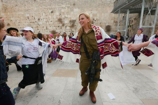 This young woman, a combat soldier, prayed this AM w @Womenofthewall. Beautiful! Hodesh Tov! Photo Miriam Alster http://t.co/4Yo0wuI4pH