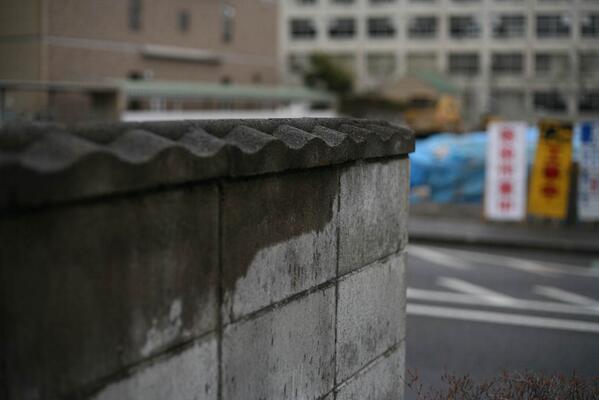 【写真つけ忘れ再送】駐車場の塀を眺めながら、半年も前の除染作業員との会話を思い出した。「あの、塀の上が波型のやつがあるでしょ、あれが一番線量が下がんないんですよ。機械で削れないし、多孔質で染み込んでるし。」 20140302福島市3 http://t.co/5qJ7yXXuvo