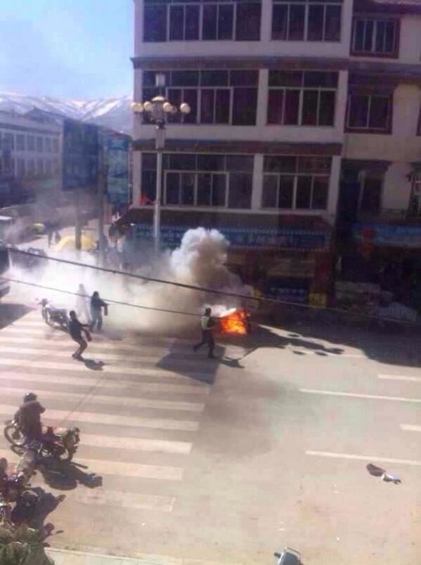 """今早7点,在青海省黄南州泽库县夏德寺,一位僧人自焚抗议。今天上午11点半,在四川省阿坝州阿坝县,一位僧人自焚抗议。今天,是2008年""""阿坝屠杀日""""六周年的纪念日。迄今,藏人自焚抗议133人!这张图片拍摄的是今天阿坝僧人自焚(1) http://t.co/SLPTKU5OxD"""