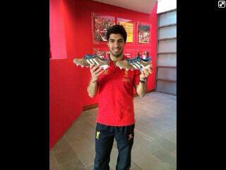 Look! Sepatu baru nih :) semoga doi bisa Cetak Goal ya.. Semoga Hattrick :)) @luis16suarez #YNWA http://t.co/vEPvQBoXGc'