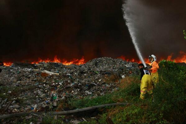 ยังไม่ดับ ไฟไหม้บ่อขยะ ภายในซอย 8 นิคมอุตสาหกรรมบางปู  ช่วงบ่าย16 มี.ค.จนตี 3 17มี.ค.เร่งอพยพชาวบ้านใกล้เคียง http://t.co/Y9EbZ3chiK