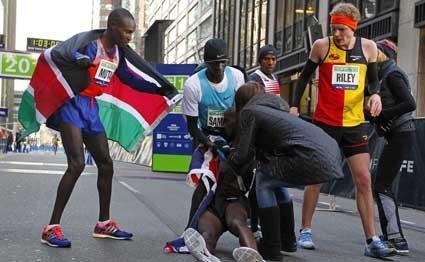 Mo Farah collapses as Kenya's Geoffrey Mutai wins NYC marathon http://t.co/BH2c3rir0D http://t.co/gCynoWkfdp