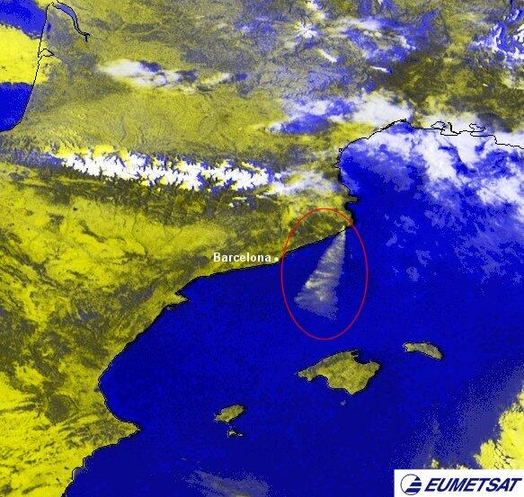 Des de la imatge del meteosat s'observa el plomall de l'incendi del Baix Empordà empès per la tramuntana #meteocat http://t.co/DzrstL4auw