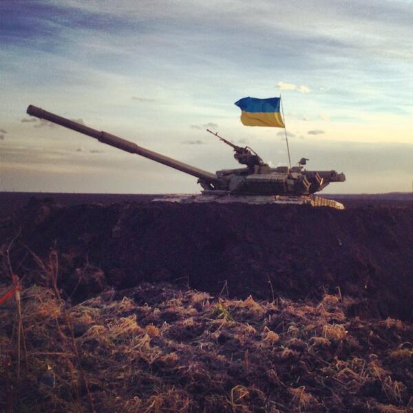Ukrainian Army T-72 tank near Russian border, behind earthen berm. This evening. Ukraine wonders: Will Russia invade? http://t.co/WLfeMnUIqs