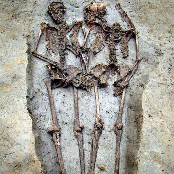 Archaeologists found skeletal remains of a Roman-era couple who have been holding hands for 1,500 yrs http://t.co/qCXG5MFqsg