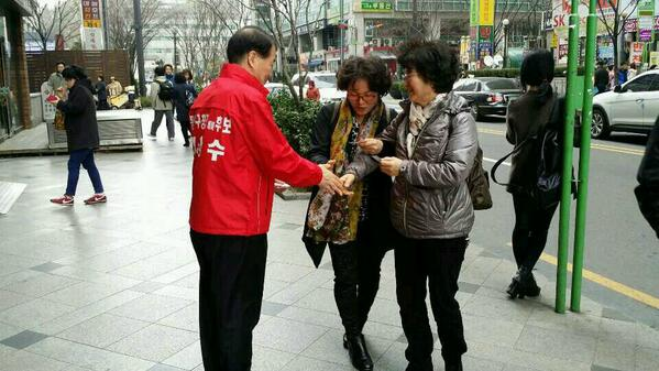 봄바람이 반가웠던 17일 오후,  롯데백화점 인근 신대방2동, 앞에서 주민들을 만나고 있는 지창수 동작구청장 예비후보. http://t.co/LxEWhgfVYv http://t.co/TV42IrczQe
