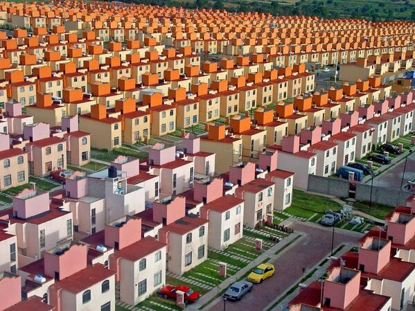 Looks like Sim City, but it's a real photo from Mexico City http://t.co/e3lAiD6Os2 http://t.co/w9hpXOckZW
