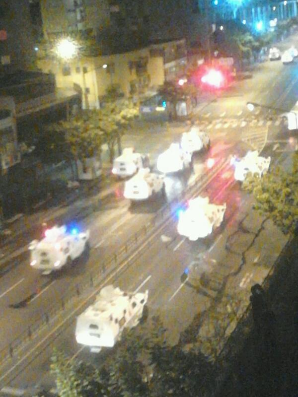 """@tatinjass: : 9:38pm y siguen llegando mas tanquetas a chacao, ni que fuera una guerra! http://t.co/OZIfcAtEvJ"""""