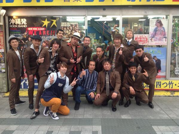 東京スカパラダイスオーケストラがデビュー25周年企画でMONGOL800と共演!「流れゆく世界の中で feat. MONGOL800」が3月12日発売!なんと!キャンペーンでメンバー全員が来店しました~全員同じスーツでかっこいいぜ~ http://t.co/SQOvwYkaJ2