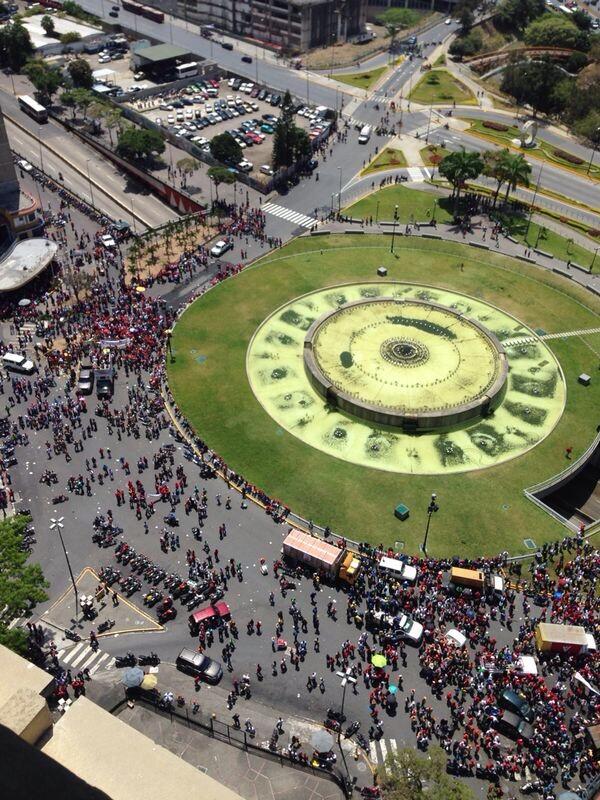 MT @Edwing_altamira:  no hay paso por concentración de motos en plaza venezuela, http://t.co/7ptoStv8g0