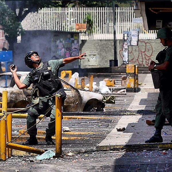 """#SosVenezuela """"@Suhelis: Otra foto de @edsauolivares sobre los enfrentamientos en Los Ruices, Caracas #6M http://t.co/kdkwmwTdG1"""""""