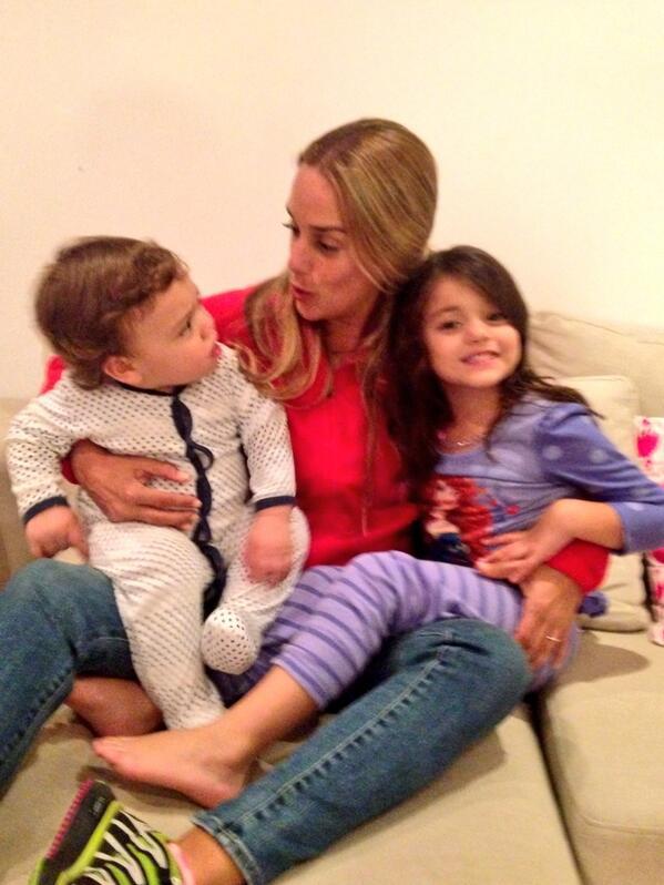 Lilian Tintori (@liliantintori): Contándoles a mis hijos de la visita que le hice a su Papá hoy @leopoldolopez http://t.co/vwctgLDxN8