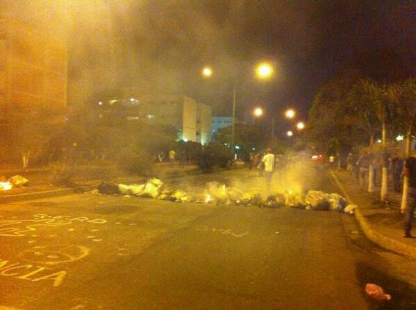 via @CordovaLuis28:  @Sashenzka Continúan barricadas en Av Bracamonte #Barquisimeto 7pm #7M  http://t.co/6nBpEF6HqV #Lara #Lara