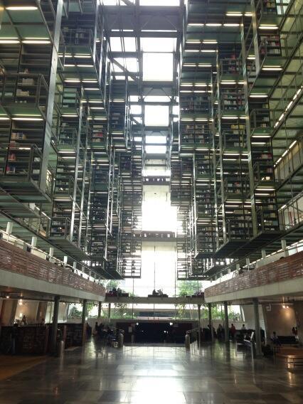 アルベルト•カラチの図書館@メキシコシティ 、素晴らしい空間でした。写真では伝わりきらない…。 http://t.co/IHmxRqiwXX
