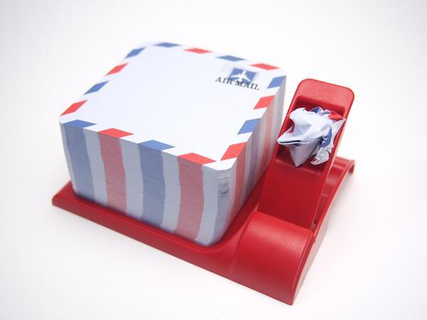 メモパッド、メール送信機能付き。メールの射程は約2m。隣もしくは向かいのデスクなら余裕で届きます。メールに飴玉やナッツなどを添付することで、もう少し送信距離を伸ばせます。 http://t.co/D0fC1SE0zO