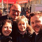 Rosenverteilen mit @CanselK, @KaufmannSylvia, @JanStoess in #kreuzberg #8march #selfie #Frauenkampftag http://t.co/TfXpNA6zM4