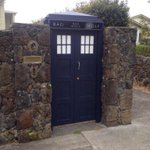 RT @MarkSReynolds: I dare any of you to put on a Red coat and knock on the gate of this One Tree Hill, Auckland house. http://t.co/urMiCtux66