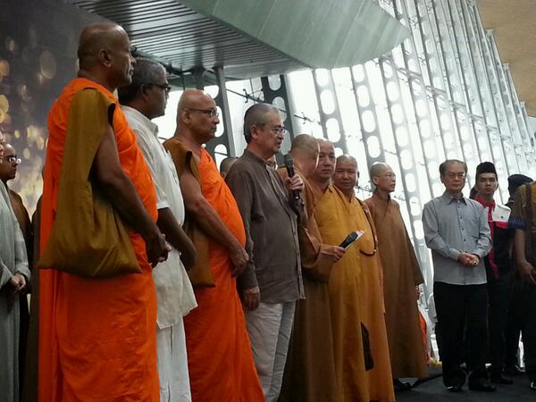 """""""@loka_ng: At KLIA for joint prayers for the wellbeing of those on board #PrayForMH370 http://t.co/VH1hWvQw6c"""" RT"""