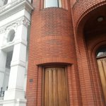 RT @London_Nut: 10 Hyde Park Place. The smallest house in #London. Barely 1m wide, now part of the Tyburn Convent nr. Marble Arch. http://t.co/puyA36UNUc