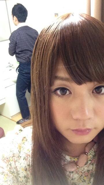 かもめんたる・槙尾ユウスケ (@makiokamomental): 下まつ毛にも付けまつ毛したらかなり盛れるとわかりました(( ´艸`◎)) 後ろのオジサンの態勢がwww http://t.co/zHKem8FSso