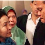 DS Rosmah Mansor cries with family members of passengers on the missing #MAS flight #MH370 at hotel in Putrajaya. http://t.co/ff3sm7vUFQ