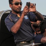 So we caught @MahelaJay while tweeting.. #OurLions #AsiaCup http://t.co/hjRk1uxDzR
