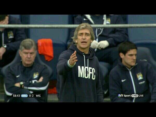 BiTXDYIIAAA5a0S Nice of you to get all dressed up! Man City boss Manuel Pellegrini is wearing a scruffy hoodie at FA Cup quarter final
