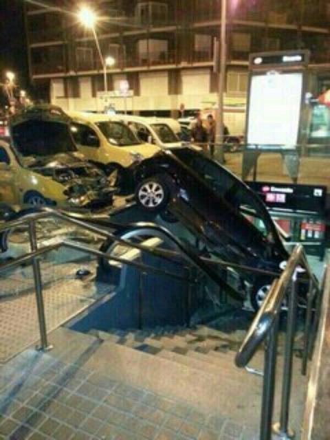 Espectacular accident al centre de Barcelona http://t.co/YomreC5sa0 http://t.co/5SEETIkdGw