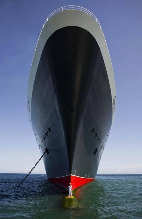 Crazy image of the Queen Mary 2 and it's captain: http://t.co/grzFwqWtMb