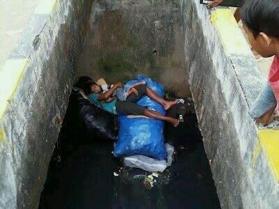 """""""@heraharyn: Seorang anak memeluk adiknya dan tertidur di selokan. hidup maha luas. Betapa nisbi keserakahan dunia. http://t.co/Shm3ZiFhDR"""""""