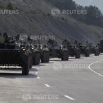 "Колонна военной техники (""military armoured personnel carriers, believed to be Russian"") на дороге у Севастополя http://t.co/WCalgHcLkY"