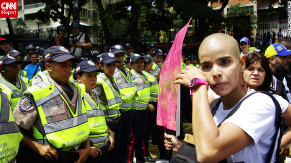 Una joven que padece cáncer pidió mejor atención médica durante las marchas en #Venezuela. http://t.co/v8xifYgsNO http://t.co/ey18qe0PxJ