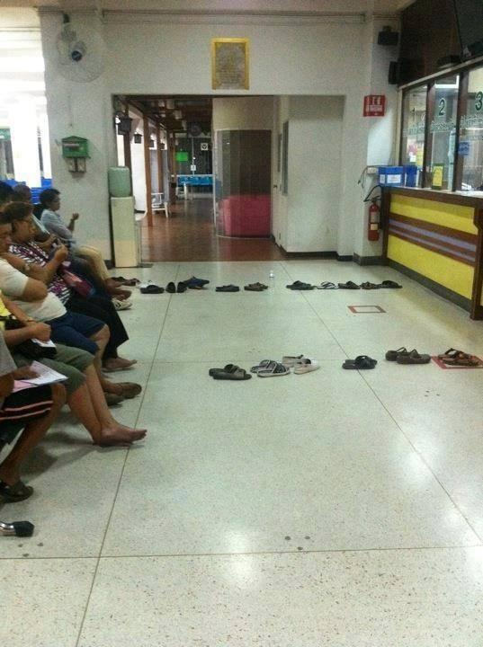This is how people wait in line in Thailand. http://t.co/rl3S72CcIf