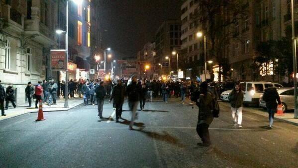 Binlerce kişi an itibari ile polis barikatını aştı, Harbiye'den Taksim'e yürüyor. http://t.co/kpNJMPQiCh